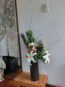 玄関の掃除をしてお正月のお花を生けたら、一応新年の用意ジ・エンド