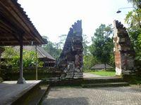 ヒンドゥー教の寺の門。山は聖なるものでそれを分けた形。