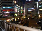 街の夕暮れ。賑やかだけれど、どこか寂しい。