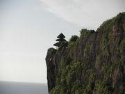 崖の上に立つヒンヅゥーの塔
